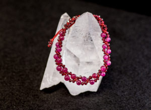 天然石と組紐で作った赤いブレスレット
